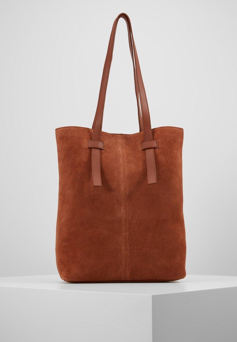 KIOMI - LEATHER - Shoppingveske - dark cognac