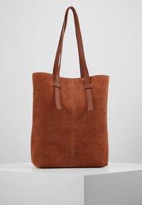 KIOMI - LEATHER - Shoppingveske - dark cognac - 2