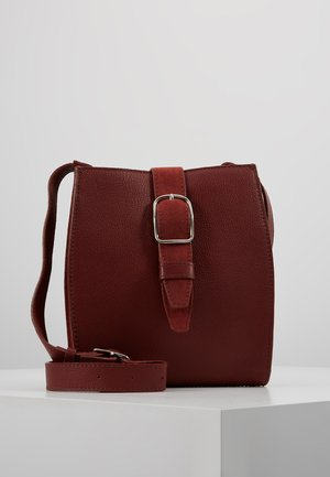 LEATHER - Umhängetasche - ruby red