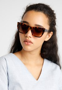 KIOMI - Sunglasses - brown - 1