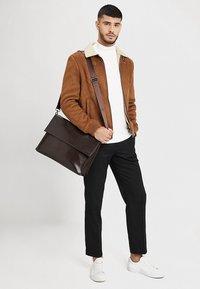 KIOMI - Across body bag - dark brown - 1