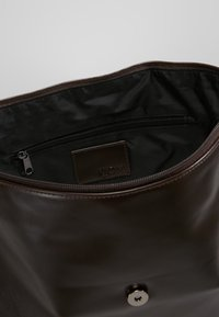 KIOMI - Across body bag - dark brown - 4