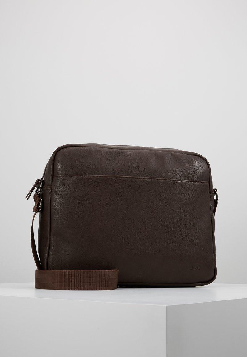 KIOMI - Umhängetasche - dark brown