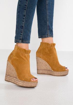 SOFIA - Kotníková obuv na vysokém podpatku - cognac