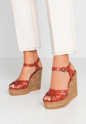 SOFIA - Sandales à plateforme - lucido arcilla