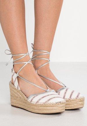 KAMINI MID STRIPE LOGO SLING - Sandaler med høye hæler - white/silver