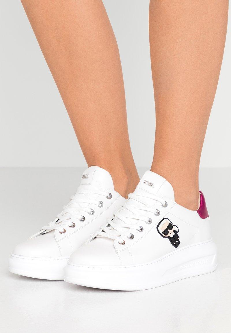 KARL LAGERFELD - KAPRI IKONIC LACE - Sneakersy niskie - white/pink
