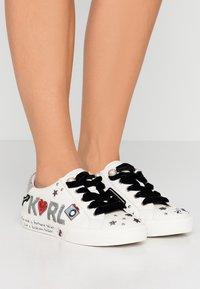 KARL LAGERFELD - SKOOL JEWEL BADGE - Sneakersy niskie - white/silver - 0