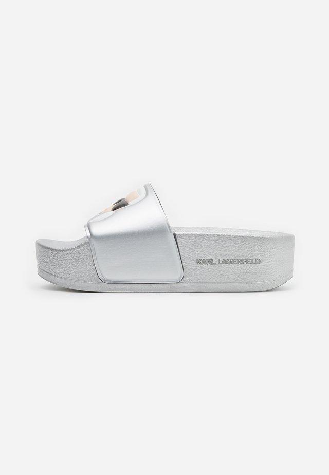 KONDO MAXI IKONIC PLATFORM SLIDE - Pantolette flach - silver