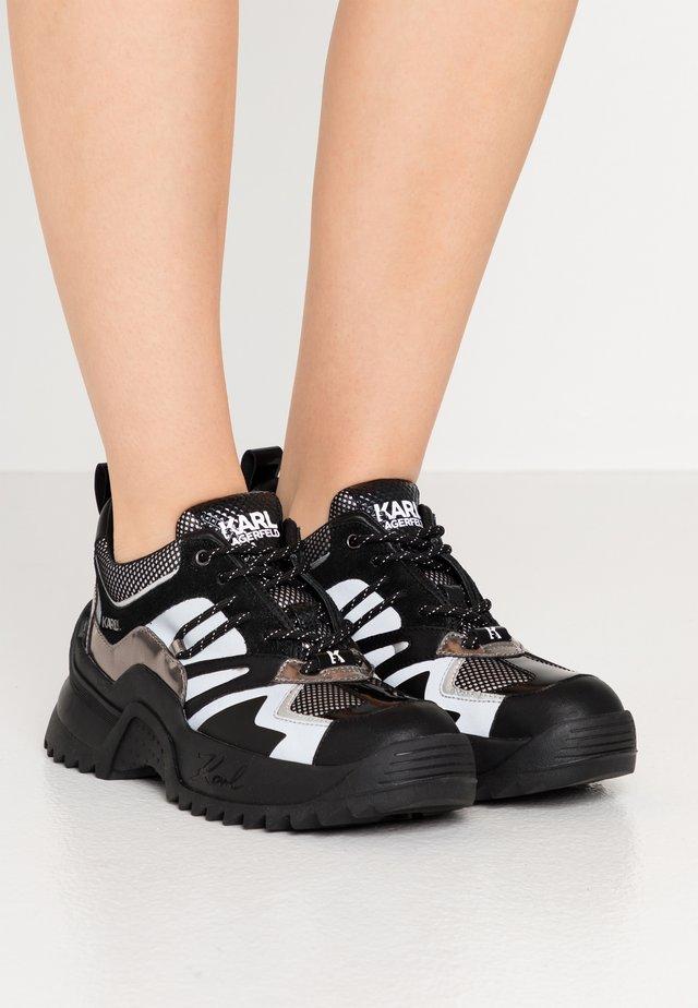 QUEST DELTA MIX - Sneakersy niskie - black/silver