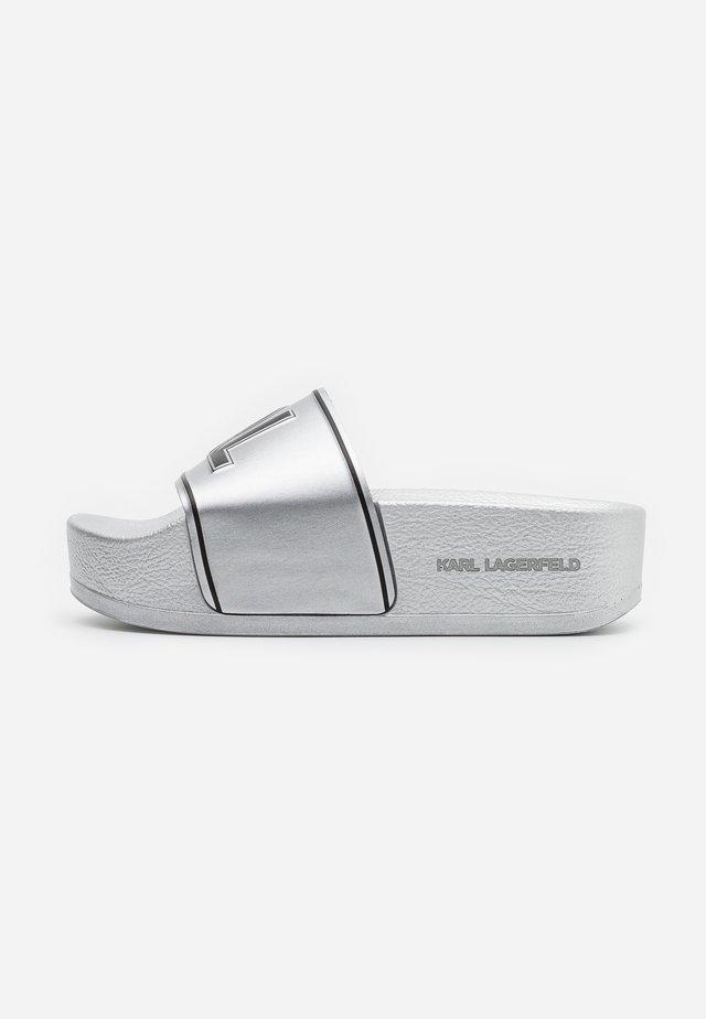 KONDO MAXI PLATFORM SLIDE - Pantolette flach - silver