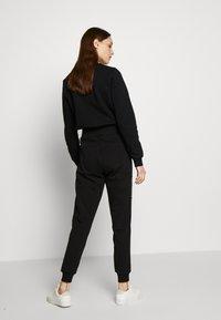 KARL LAGERFELD - PANTS LOGO - Teplákové kalhoty - black - 2