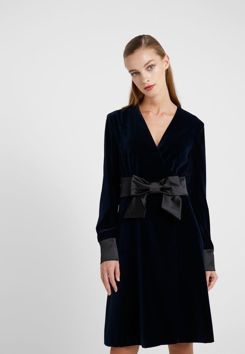 KARL LAGERFELD - KARL VELVET WRAP DRESS - Cocktailkjoler / festkjoler - navy