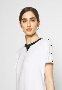 KARL LAGERFELD - CADY DRESS SNAP DETAILS - Robe d'été - white - 4