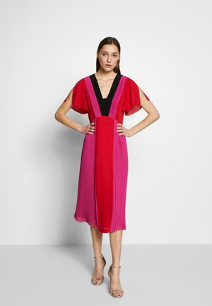 PLEATED COLOUR BLOCK DRESS - Robe d'été - red/fuchsia