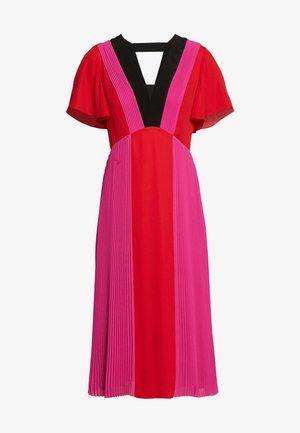 PLEATED COLOUR BLOCK DRESS - Denní šaty - red/fuchsia