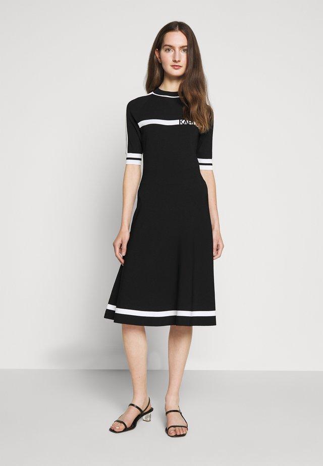 DRESS LOGO - Stickad klänning - black/white