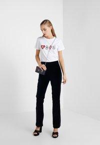 KARL LAGERFELD - T-shirts med print - white - 1