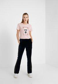 KARL LAGERFELD - CHOUPETTE - T-shirt print - pink - 1
