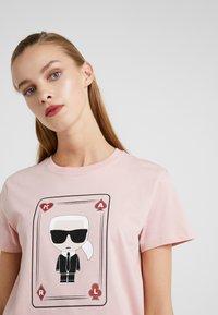 KARL LAGERFELD - CHOUPETTE - T-shirt print - pink - 4