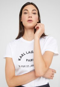 KARL LAGERFELD - ADDRESS  - Triko s potiskem - white - 3
