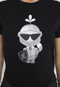 KARL LAGERFELD - KARL'S TREASURE KNIGHT T-SHIRT - T-shirt imprimé - black - 6
