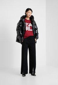 KARL LAGERFELD - SQUARE LOGO TEE - Camiseta estampada - burgundy - 1