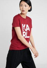 KARL LAGERFELD - SQUARE LOGO TEE - Camiseta estampada - burgundy - 3