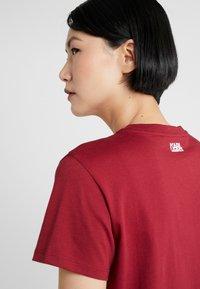 KARL LAGERFELD - SQUARE LOGO TEE - Camiseta estampada - burgundy - 4