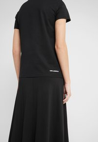 KARL LAGERFELD - IKONIK RHINESTONE  - T-shirts med print - black - 4
