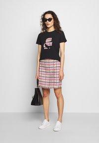 KARL LAGERFELD - BOUCLE HEAD - Camiseta estampada - black - 1