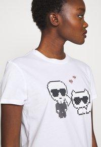 KARL LAGERFELD - PIXEL CHOUPETTE - T-shirt print - white - 3