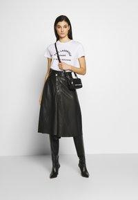 KARL LAGERFELD - ADDRESS LOGO TEE - T-shirt imprimé - white - 1