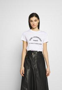 KARL LAGERFELD - ADDRESS LOGO TEE - T-shirt imprimé - white - 0