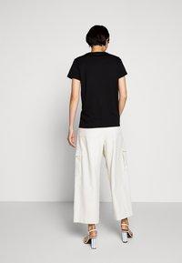 KARL LAGERFELD - IKONIK CHOUPETTE TEE - T-shirt z nadrukiem - black - 2