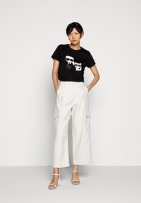 KARL LAGERFELD - IKONIK CHOUPETTE TEE - T-shirt z nadrukiem - black - 1