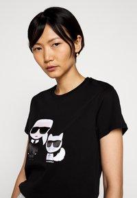 KARL LAGERFELD - IKONIK CHOUPETTE TEE - T-shirt z nadrukiem - black - 3