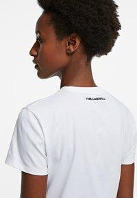 KARL LAGERFELD - ORCHID K PRINT - T-shirt z nadrukiem - white - 3