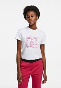 KARL LAGERFELD - ORCHID K PRINT - T-shirt z nadrukiem - white - 0