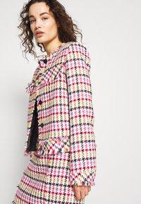 KARL LAGERFELD - HOUNDSTOOTH BOUCLE JACKET - Blazer - pink - 3