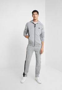KARL LAGERFELD - PANTS - Pantalon de survêtement - grey - 1
