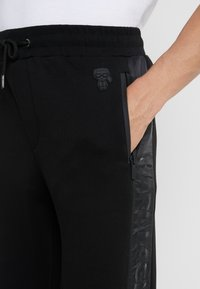 KARL LAGERFELD - PANTS - Pantalon de survêtement - black - 5