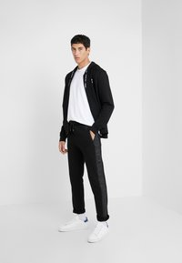 KARL LAGERFELD - PANTS - Pantalon de survêtement - black - 1