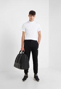 KARL LAGERFELD - PANTS - Pantalon de survêtement - black - 1