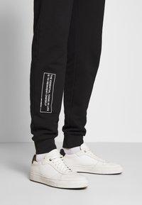 KARL LAGERFELD - PANTS - Pantaloni sportivi - black - 6