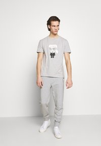 KARL LAGERFELD - CREWNECK - Print T-shirt - grey - 1