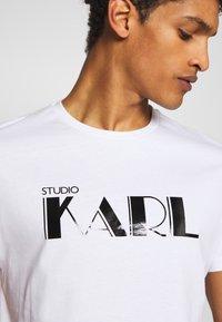 KARL LAGERFELD - RAINBOW HOLOGRAPHIC PRINT - Triko spotiskem - white - 4