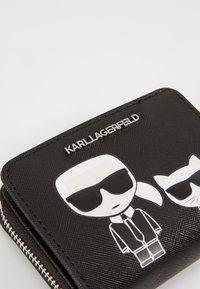KARL LAGERFELD - IKONIK FOLDED ZIP WALLET - Peněženka - black - 6