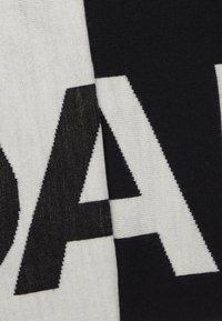KARL LAGERFELD - LOGO SCARF - Sjal / Tørklæder - black - 2