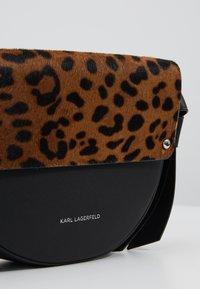KARL LAGERFELD - Saszetka nerka - leopard - 6